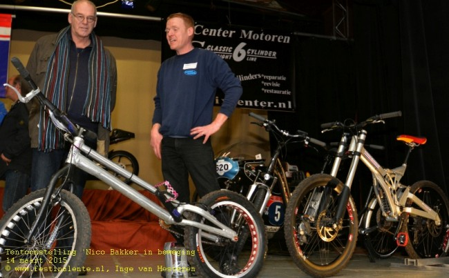 Iwan Eeken (rechts) bij de downhill-fiets.