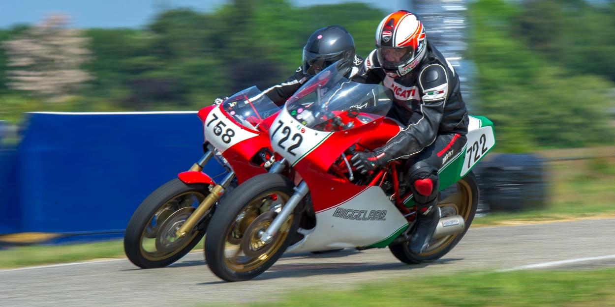 De 750cc-klasse. Walter Kleeven ving een Ducati-onderonsje. Foto: Walter Kleeven.