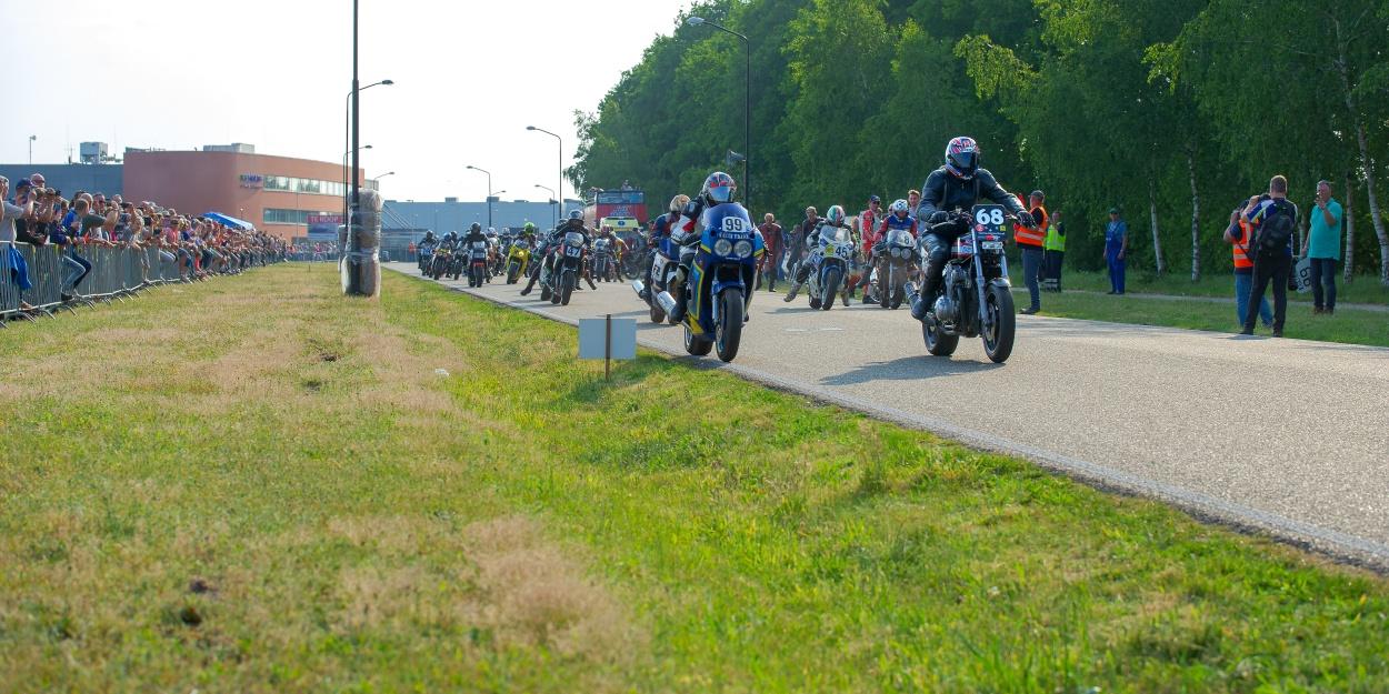 Een talrijk publiek bekijkt, nee, erváárt, de start van de endurance. Foto: Walter Kleeven.
