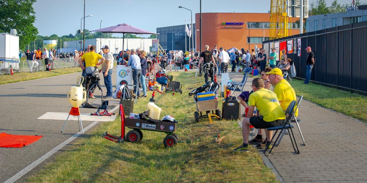 Vlak voor de start bouwt de spanning zich op in de pitstraat, die dit keer goed zichtbaar was voor het publiek. Foto: Walter Kleeven.