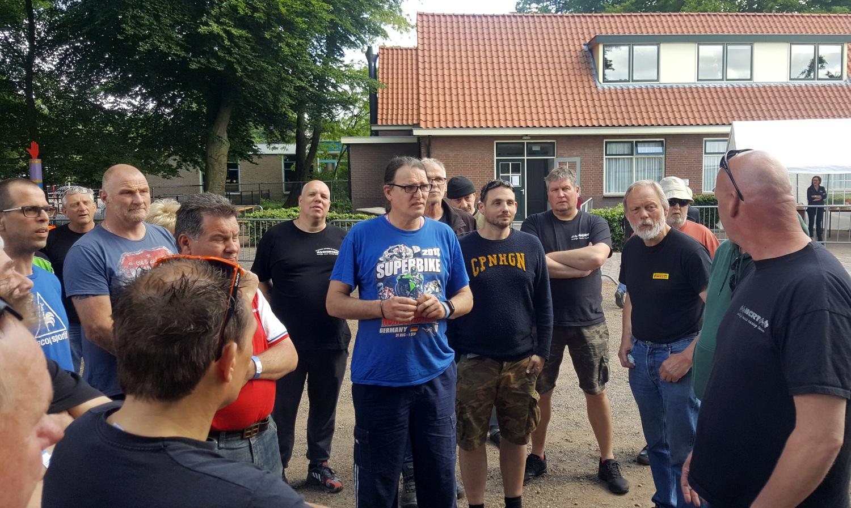 Serieus gesprek over veiligheid met de deelnemers van de EVO-klasse. (Foto: Gijs van Hesteren